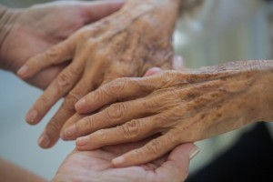お年寄りを支える手
