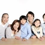 お年寄りとその家族の写真