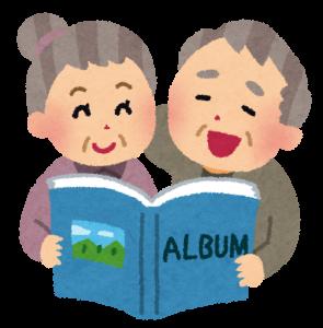 アルバムで写真を見る高齢者