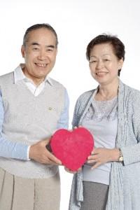 ハートの贈り物を持つ老夫婦